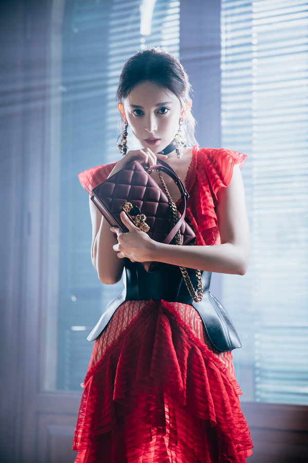 娜扎诠释复古红玫瑰.jpg