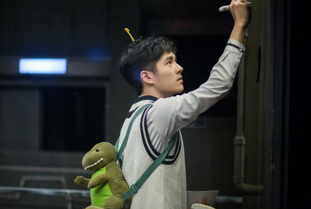 """刘昊然校服回归做侦探 遇难题大呼求救""""好难""""2.jpg"""