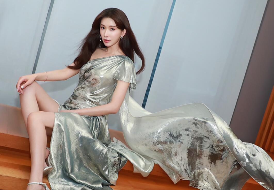 林志玲亮相台北活动 银色晚礼服诠释高贵典雅1.jpg