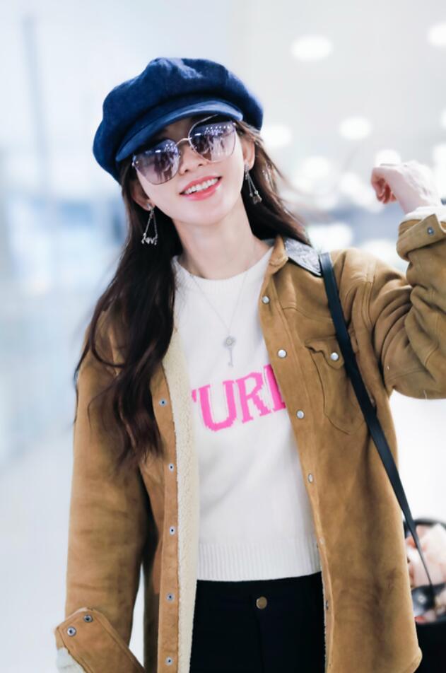 林志玲粉红毛衣现身机场 春风拂面笑意盈盈2.jpg