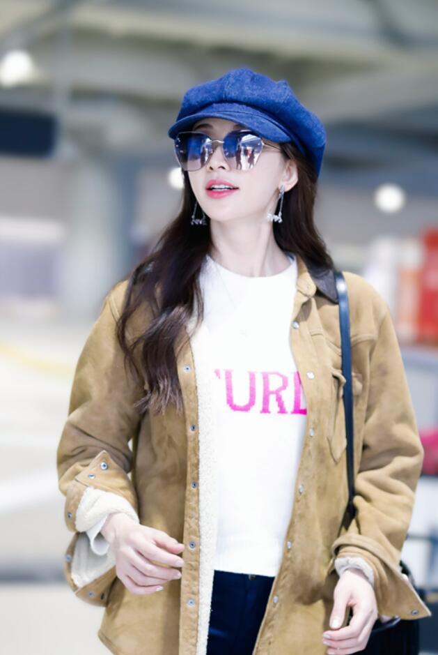 林志玲粉红毛衣现身机场 春风拂面笑意盈盈1.jpg