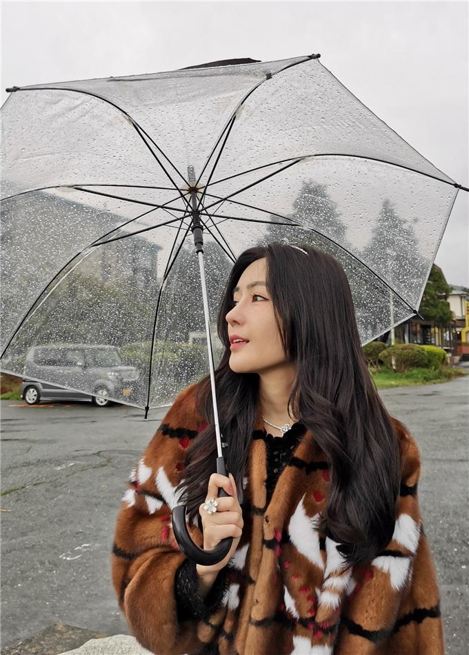 汤晶媚雨中漫步.jpg