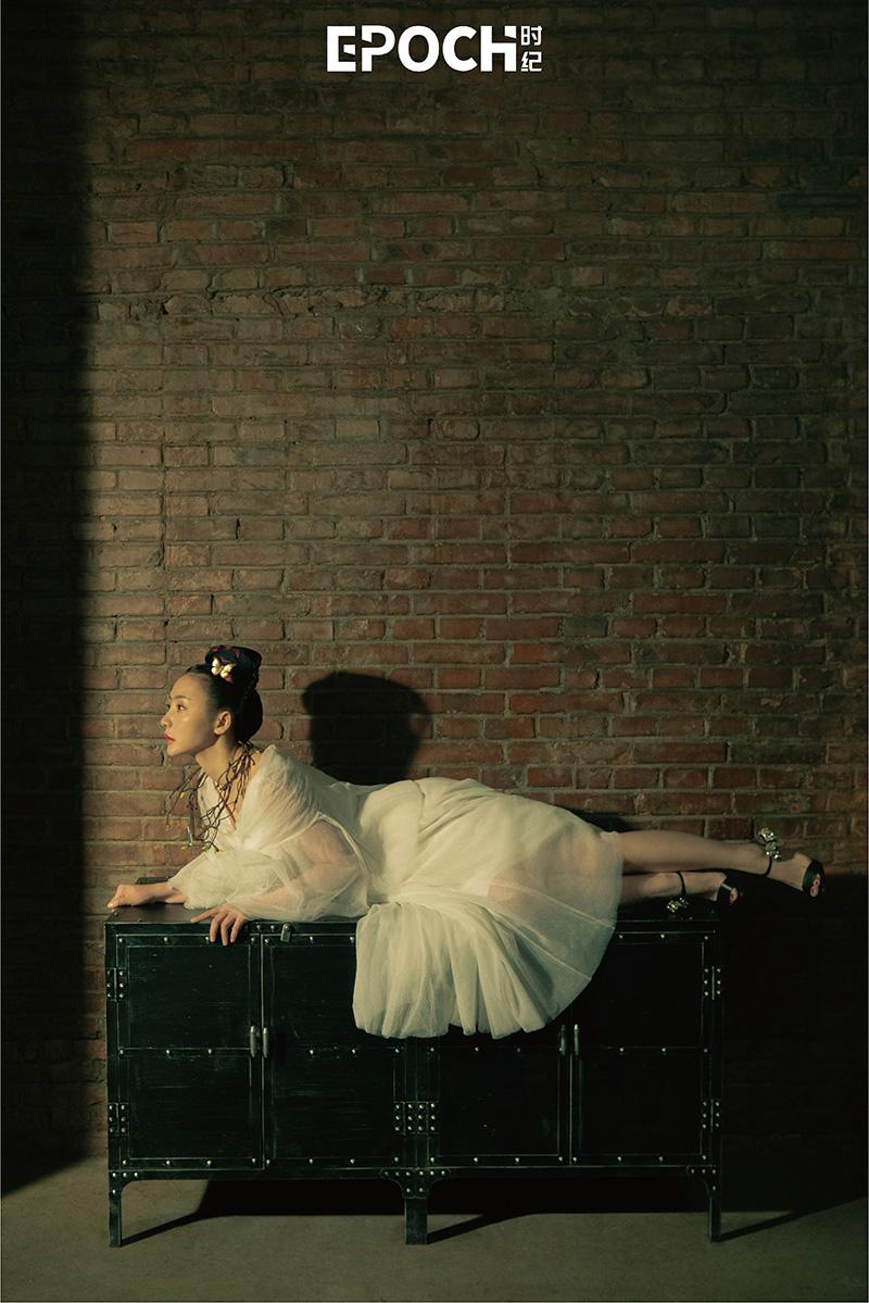 柳巖白色紗裙搭配荊棘項鏈油畫感十足2.jpg