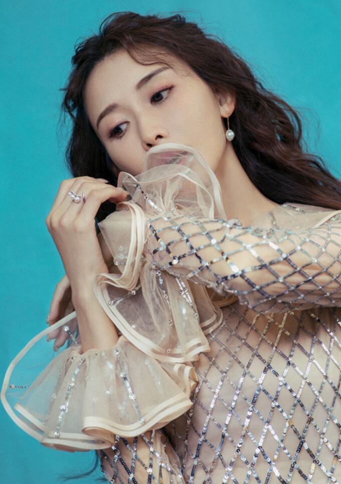 林志玲婚后首露面到沪活动 着粼粼裸色长裙似人鱼公主3.jpg