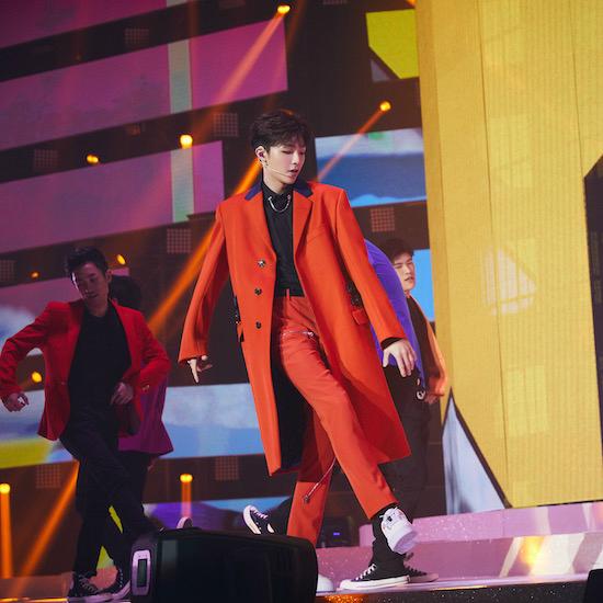 陈立农身穿活力动感的橘色套装亮相表演现场.JPG