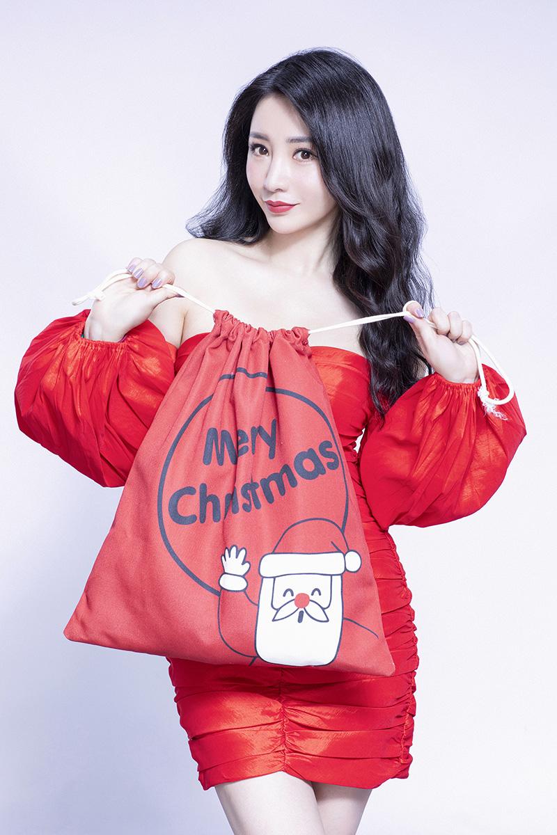 柳岩圣诞写真 身穿一字肩红裙手拿圣诞袋 应景温暖.jpg