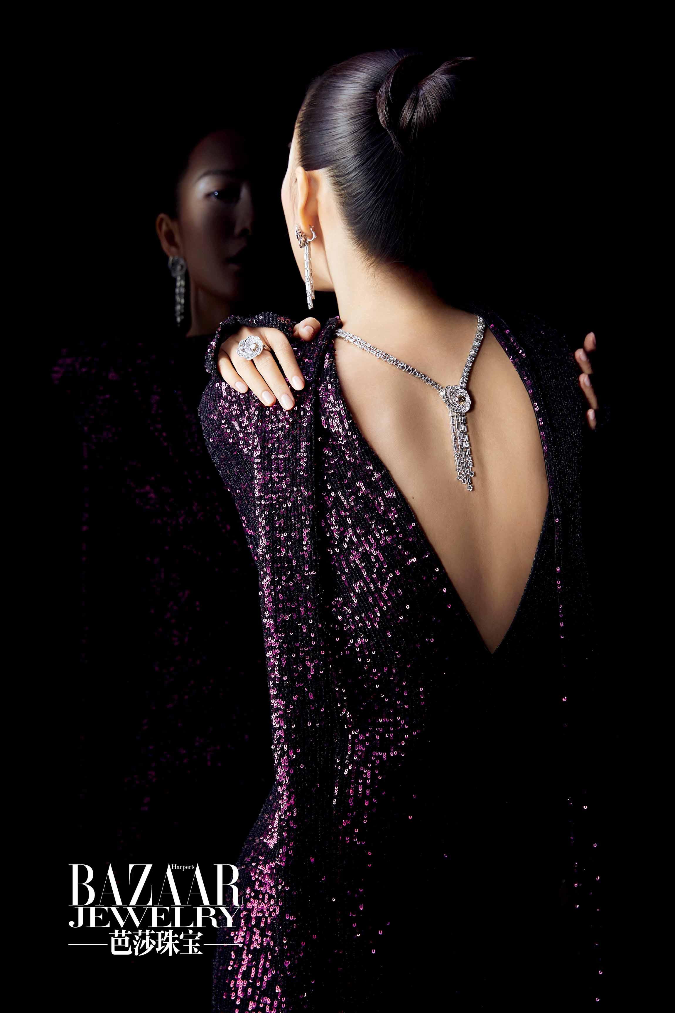 王鸥着黑紫色亮片裙勾勒出蝴蝶美背.jpg