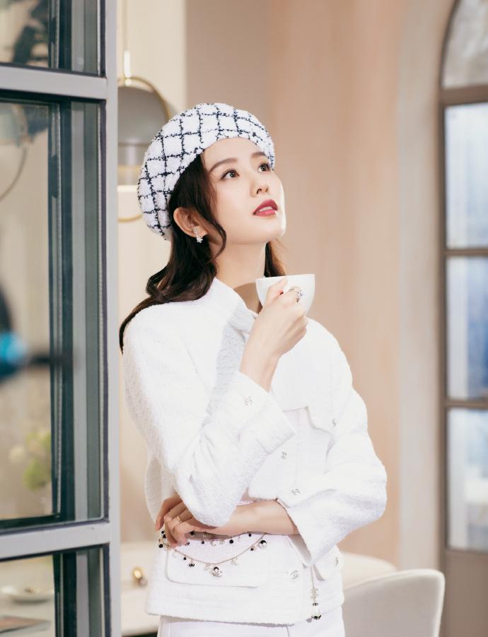 劉詩詩出席品牌活動 簡潔白色展示無盡優雅3.jpg