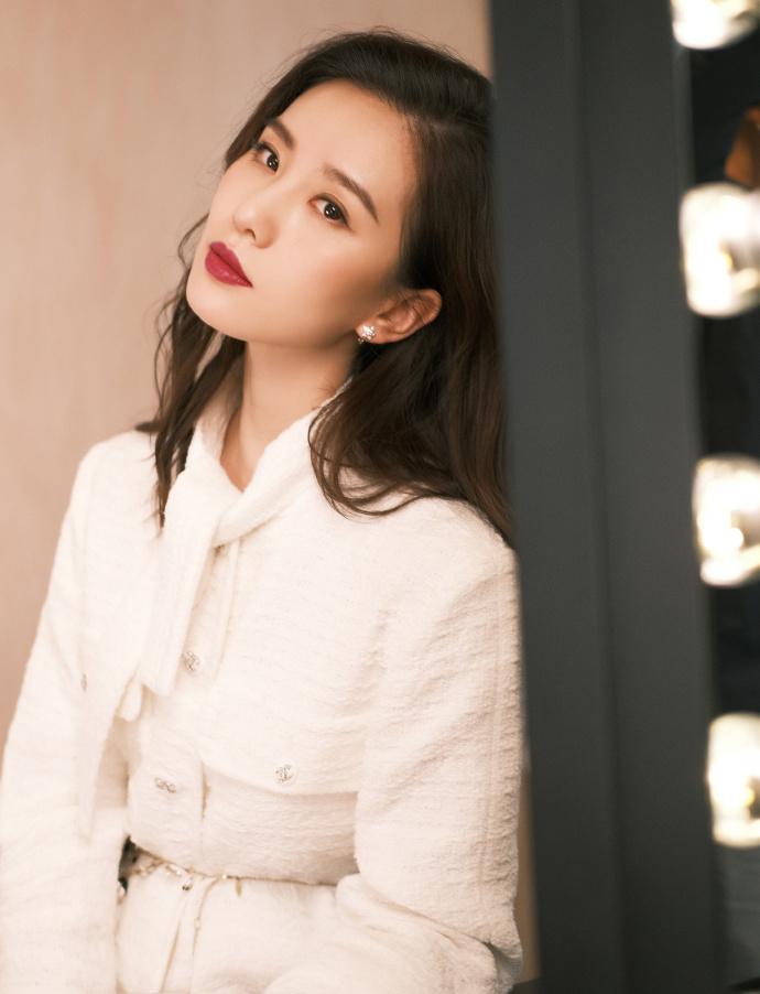 劉詩詩出席品牌活動 簡潔白色展示無盡優雅4.jpg