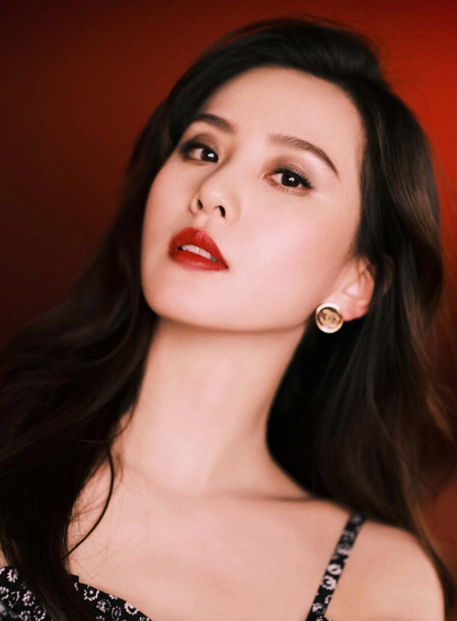 刘诗诗出席时尚活动 印花连衣裙彰显高级质感1.jpg