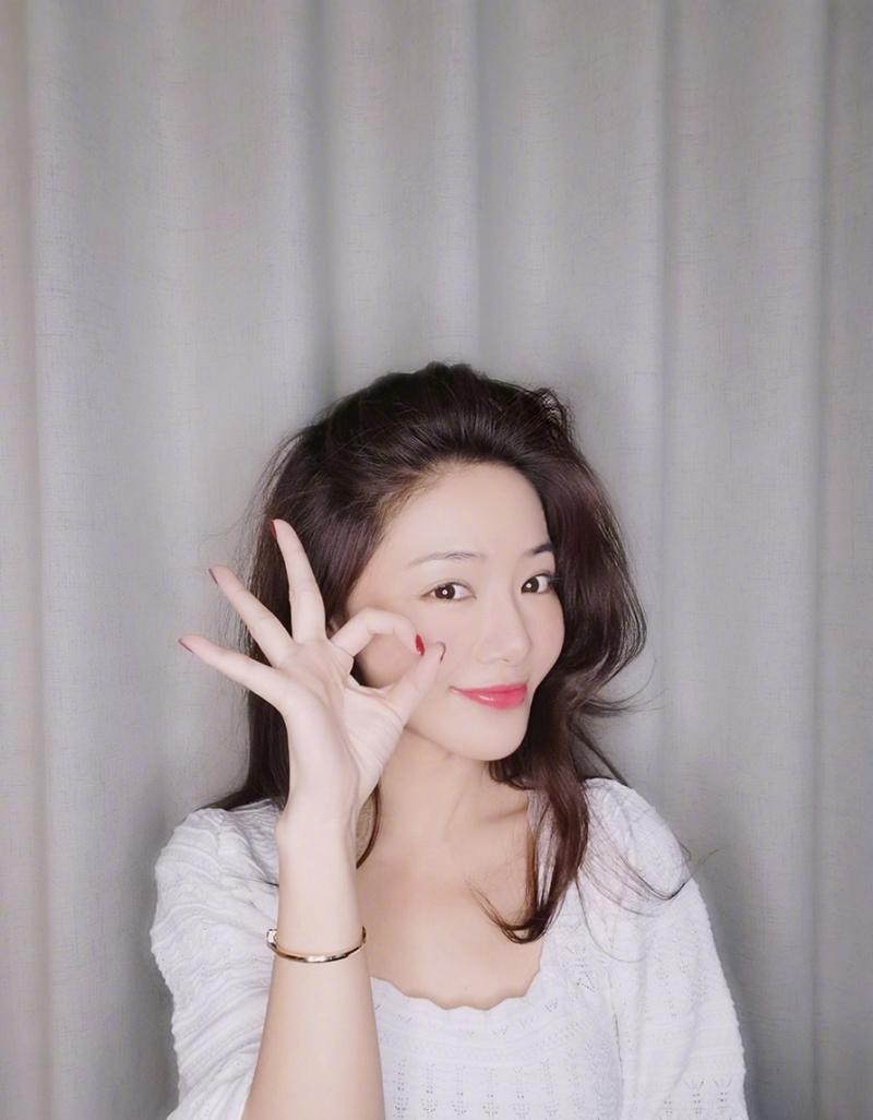 2邓家佳优雅微笑.jpg
