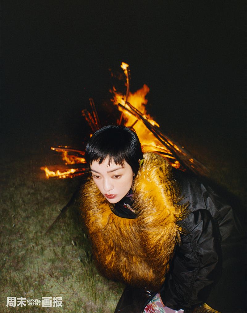 郭采洁篝火旁写真.jpg