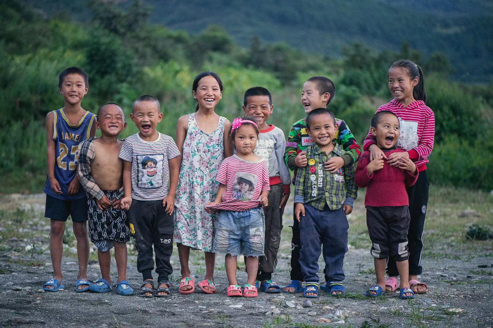 彝族孩子们童真可爱.jpg