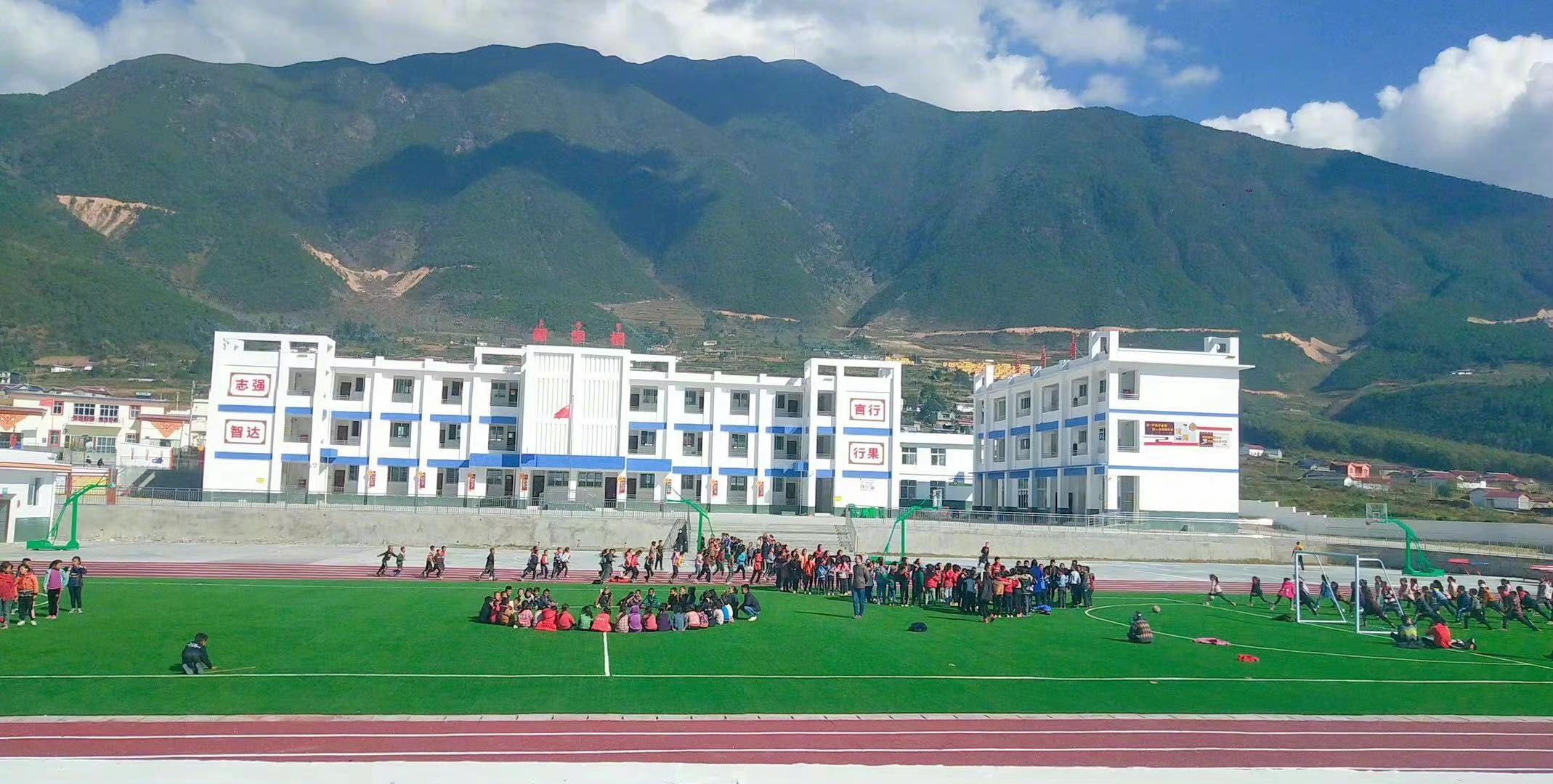 """李宇春 """"黄房子""""将在中坝村捐建美育教室.jpg"""